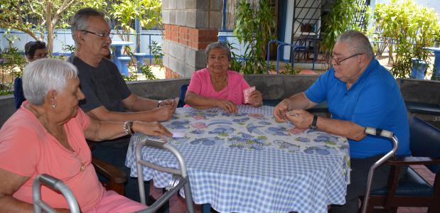 Adultos mayores jugando cartas